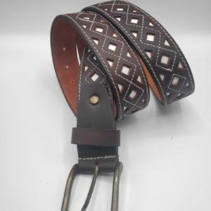 Cinturon de piel con picado blanco
