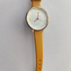 Reloj de chica color mostaza