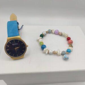 Reloj y pulsera en tonos azules