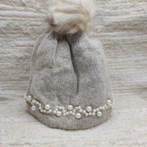 Gorrito de chica con pompón y perlas