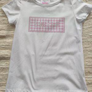 Camiseta blanca con letras rosas